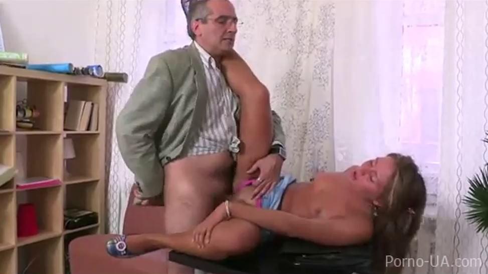 imagen El hermanastro seduce a sinny no hermanastra a su primera cogida